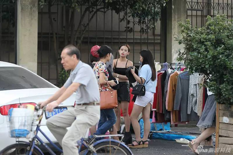 淘女郎当众更衣 淘宝模特大街上换衣服