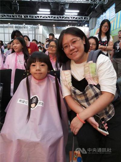台湾2名男童留3年长发捐出助癌患
