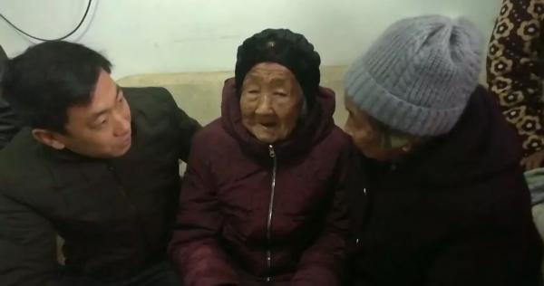 暖新闻 五世同堂 105岁妈妈给74岁女儿发红包