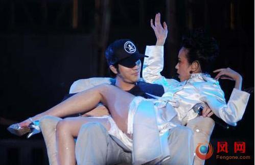 明星 演唱会 限制级 激吻 袭胸 坐大腿