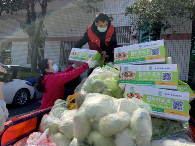 贺雪辉和志愿者一起搬运。.jpg