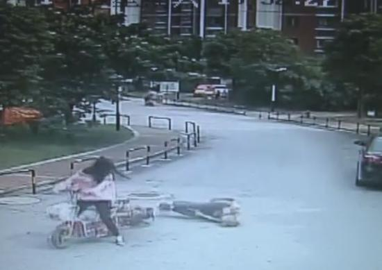 车祸 监控 女子