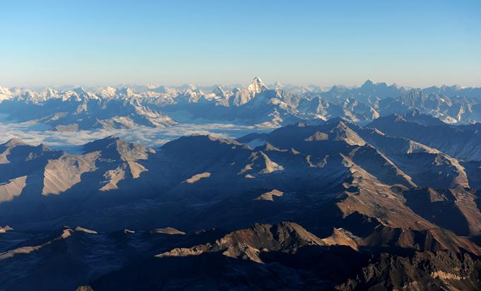 02航拍横断山,中央突起的雪峰为四姑娘山(李忠东摄.jpg