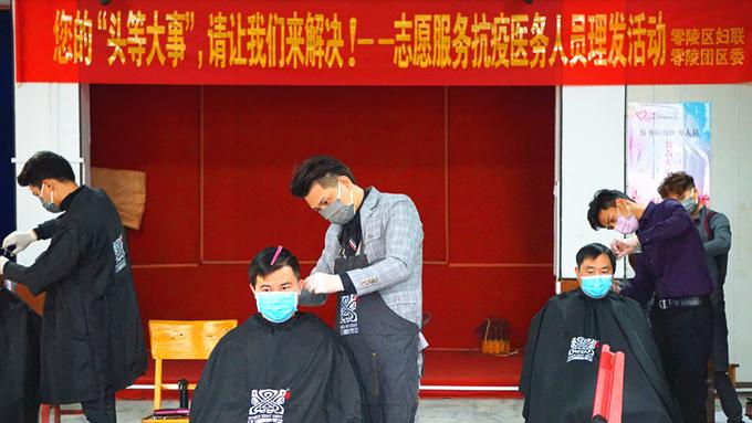 区妇联组织志愿者帮抗疫人员理发。.jpg