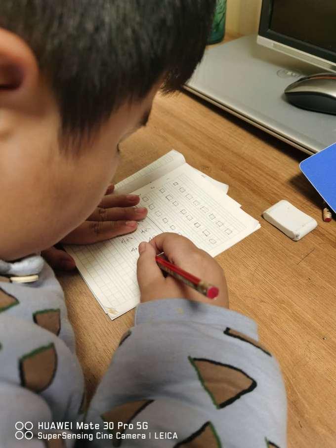 6添添通过网课学习后,在家练字。.jpg