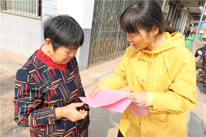 11月8日,益阳市妇联主席杨丽萍(右)深入大通湖宣传无磷消费。.jpg