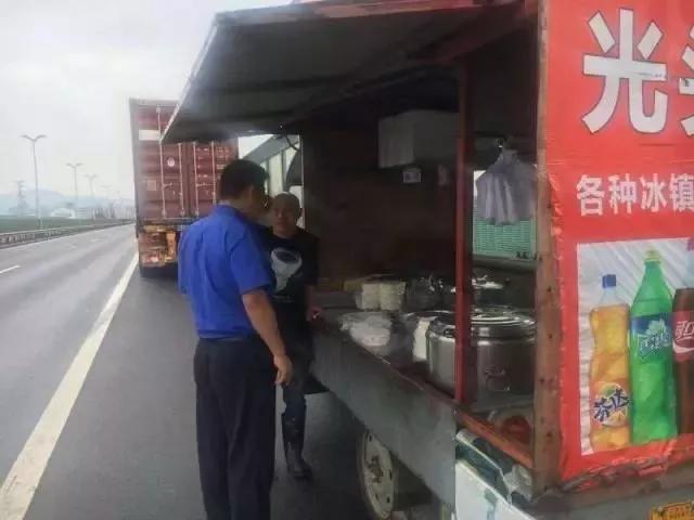 高速路口卖炒面 国庆
