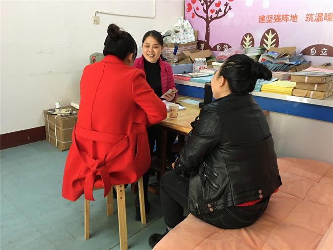 覃晴(中)为前来咨询离婚诉讼的女性提供帮助。.jpg