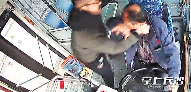 重庆公交坠江 公交司机 殴打司机