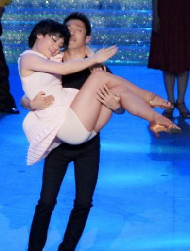 撒贝宁致女舞伴摔倒在地险走光